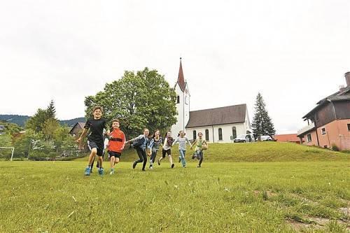 Nicht nur die Kinder verbringen gern ihre Freizeit auf dem Sportplatz mitten im Dorf. Hier treffen sich Jung und Alt. Foto: VN/Hartinger