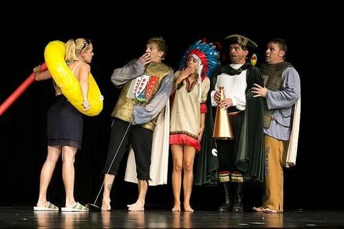 Ob Steinzeit, Mittelalter oder Kaiserreich, keine Epoche wird von den fünf Kabarettisten ausgelassen. foto: vovo