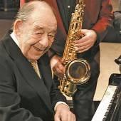 Als Mann am Klavier auch ein Jazz-Virtuose