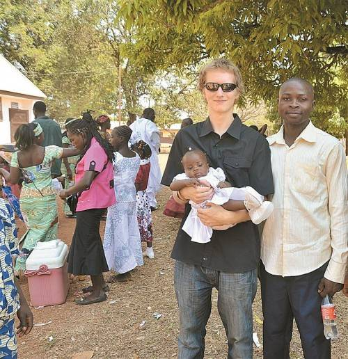 Philipp mit seinem Patenkind Stefanie und dessen Vater. Foto: privat