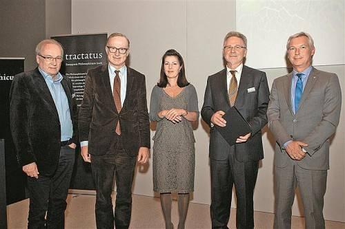 Philosophicum-Mitinitiator Guntram Lins, Bgm. Ludwig Muxel und Laudatorin Ursula Pia Jauch mit Tractatus-Preisträger Kurt Bayertz. Foto: SI