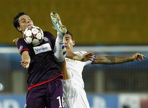 Portos Danilo (r.) schont weder sich noch Philipp Hosiner in einem Zweikampf. Als der Druck der Austria nachließ, spielten die Portugiesen ihre Klasse aus. Foto: Reuters