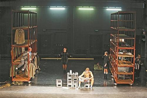 """Probenszene zu """"Mutter Courage und ihre Kinder"""" am Landestheater: Regale als Metapher für die Welt als Ware. Foto: VN/Hartinger"""