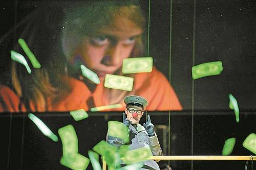 """Projektion und Spiel in """"Die Soldaten"""". Foto: Oper/Rittershaus"""