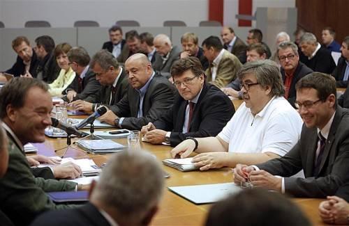 Rainer Wimmer (3.v.r.), Verhandlungsführer der Pro-Ge, und GPA-Chefverhandler Karl Proyer (2.v.r.) am Tisch mit Arbeitgebervertretern. Foto: APA