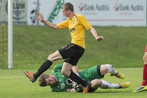 Robert Blum scheitert an Dominik Lampert (l.), Ahmet Caner (r.) hingegen bezwang den FCD-Schlussmann.