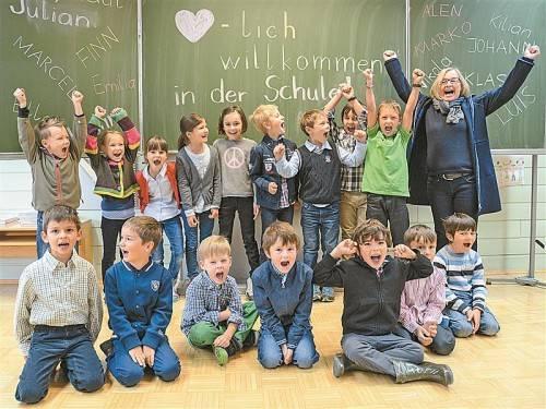 Schulleiterin Gaby Jochum und ihre Kinderschar freuen sich auf das neue Schuljahr. Fotos: VN/Oliver Lerch