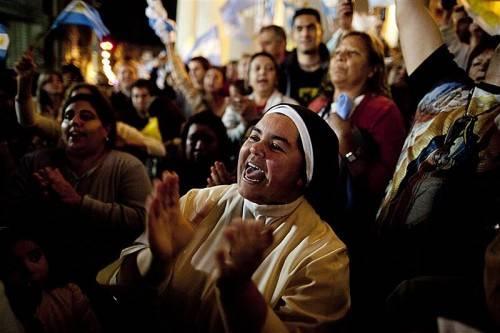 Seit der Wahl des neuen Papstes sind solche Szenen der Freude wieder öfter zu sehen in der Katholischen Kirche. Foto: AP