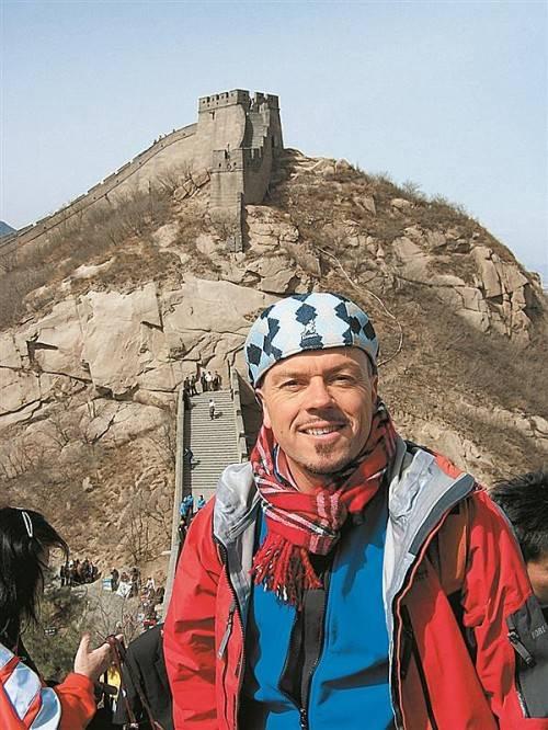 Setzt Ideen auf vielseitige Weise in die Tat um: Heinz Feldmann auf seiner Weltreise vor der chinesischen Mauer. Foto: privat