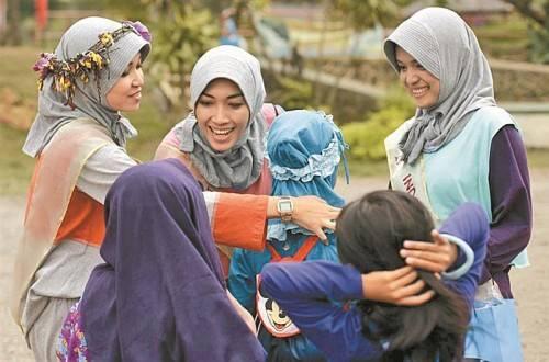 """Sie tragen Kopftuch, kaschierende Kleidung und den Koran im Herzen:  19 junge Frauen buhlen um den Titel der """"Miss Muslim World"""". Fotos: AP"""