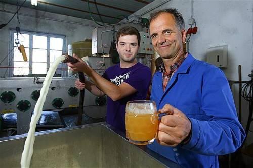 Sohn Florian und Vater Elmar Küng (l.) sind derzeit als Moster voll engagiert. Foto: VN/Hofmeister
