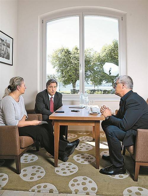 Stand Rede und Antwort: Gesandter Lee Anthony Brudvig (M.) im Gespräch mit VN-Redakteuren. Foto: VN/Hartinger