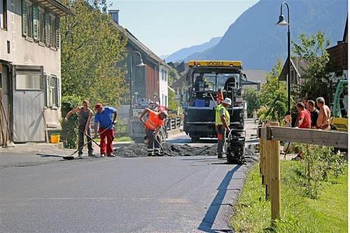 Straßenschäden machten in Nüziders kürzlich Sanierungsarbeiten erforderlich. Foto: VN/J. Schwald