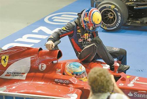 Taxifahrt mit Folgen: Mark Webber muss seine Beifahrertätigkeit bei Fernando Alonso mit einer Startplatz-Rückversetzung büßen. Foto: ap