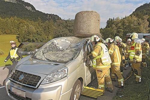 Tragischer Unfall: Einer der Heuballen prallte auf die Windschutzscheibe des Autos. Fotos: VN/Hofmeister