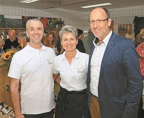 (V. l.) Christian und Barbara Sailer mit Bürgermeister Xaver Sinz.