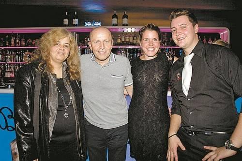 (V. l.) Yvonne Moosbrugger (Vorarlberger Tierschutzheim) mit den Inhabern Renato Werndli, Rebecca Eisenegger und GF Roberto Kühr.