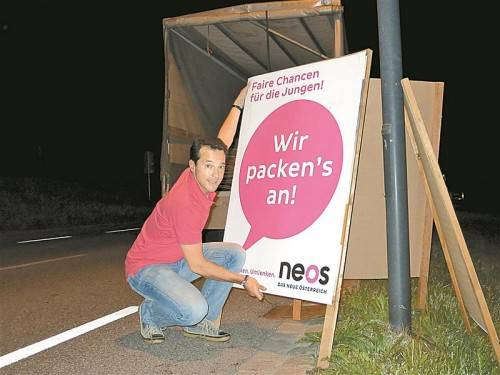 Vertreter von Kleinstparteien müssen selbst Hand anlegen: Gerald Loacker beim Aufstellen von Plakatständern. Foto: Privat