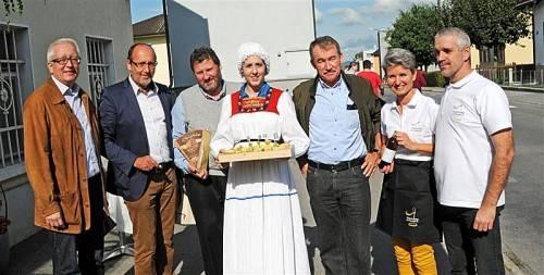 Vizebürgermeister Michael Simma, Bürgermeister Xaver Sinz, Dr. Josef Rupp, Leoni Piccirilli, Harald Fischli sowie Barbara und Christian Sailer (von links) bei der Eröffnung der Ölmühle. Foto: ajk