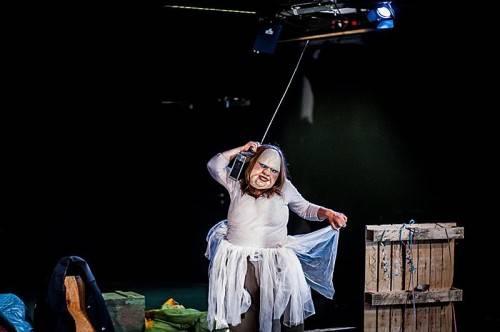 """Von den sorgfältig ausgewählten Theaterstücken werden Klein und Groß auch heuer wieder begeistert sein: Im Bild """"Die Dicke"""" von und mit Julia Raab. foto: luaga & losna"""