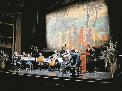 Vor antiquierter Kulisse mit allegorischen Figuren im Theater in Kempten fanden die Konzert auf einem exzellenten Niveau statt. Foto: JU
