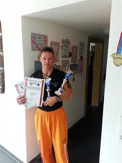 Werner Rampler mit seinen Diplomen und Pokalen. Foto: Privat