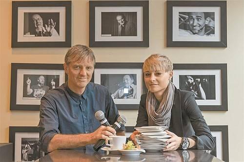 """Wolfgang Preuß mit Tochter Sarah vor der """"wall of fame"""" der """"wirtschaft"""". Foto: stiplovsek"""