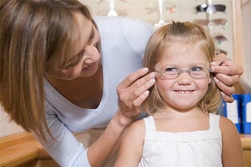 Wurde bei Ihrem Kind eine Sehschwäche festgestellt, ist professionelle Beratung besonders wichtig.