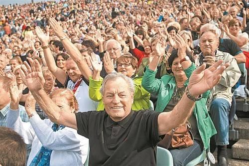 Zehn Stars der Schlagerszene, darunter auch Wolfgang Frank (unten rechts), brachten das Publikum zum Toben, Tanzen und Schunkeln. Fotos: VN/Steurer