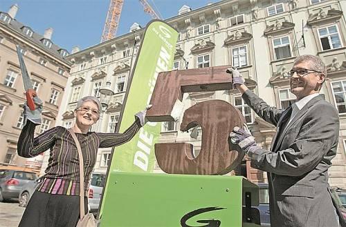 Ziffernnoten sollen weg: Walser 2009 mit einer Parteikollegin bei einer Aktion gegen Sitzenbleiben. Foto: APA