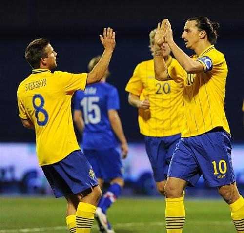 Zlatan Ibrahimovic (r.) und Anders Svensson wollen auch in Astana jubeln. Svensson macht sein 144. Spiel. gepa