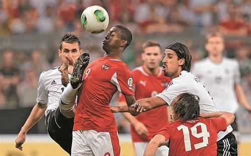 Zweikampf zwischen Miroslav Klose und David Alaba. Letzterer war weit weg von der Rolle eines Spielgestalters. Foto: gepa