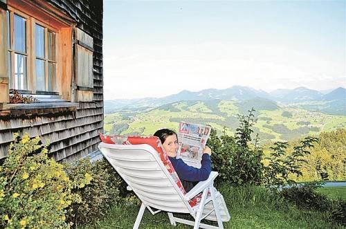 """Einen Urlaub wie im """"XL-Fotobuch"""" verbrachte Lena Dünser auf dem Tannerberg. Zum grandiosen Ausblick über den Vorderwald gab's Neuigkeiten aus Vorarlberg."""