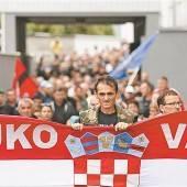 Kroaten marschieren gegen zweisprachige Amtstafeln auf