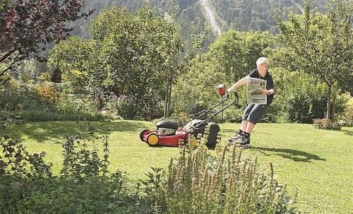 """Die Rasenarbeit von Simon Burtscher aus Innerbraz wird mit einem XL-Fotobuch-Gutschein bedacht: """"Man muss sich nur zu helfen wissen, und schon macht es richtig Spaß"""", gibt er den VN-Lesern wertvolle Tipps."""