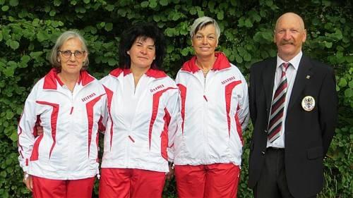 Österreichs Boccia-Damenteam mit Karin Schwab, Grete Luif und Beate Reinalter (v. l.) mit ÖBV-Präsident Günther Ill. Foto: Verein