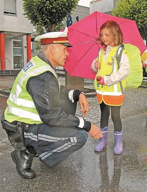 Polizist Klaus Dilsky bespricht mit Erstklässlerin Emma, worauf es ankommt, wenn man die Straße überqueren will. Foto: vol.at/rauch