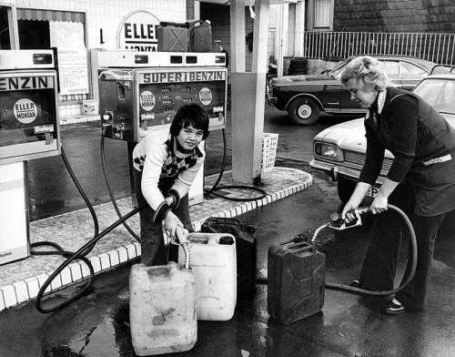 Mit Kanistern zur Tankstelle: Die Ölkrise Ende 1973 hat an den Zapfsäulen teils zu Hamsterkäufen geführt. Fotos: APA, Arichv