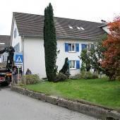 Mit Traktor Gartenmauer und Hecke überfahren
