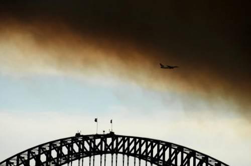 Dichte Rauchwolken ziehen über die australische Küstenstadt. Foto: Epa