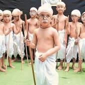 Indische Kinder feiern ihren Volkshelden Mahatma Gandhi