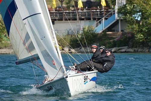 Das VM-Sailingteam mit Jodok Küng, Max Trippolt und Benedikt Höss (v. l.) holte sich so wie im Vorjahr den Staatsmeistertitel im Matchrace und den Gesamtsieg in der Austrian Match Race Tour. Foto: Privat