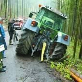 An der Kippe – Feuerwehr musste in Düns Traktor bergen