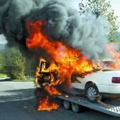 Auto ging bei Raststätte in Flammen auf