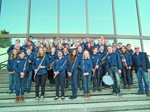 Aufstellen für ein Siegerfoto: Jugendkapelle des MVH Altach unter der Leitung von Josef Eberle in Linz. FotoS: BMV