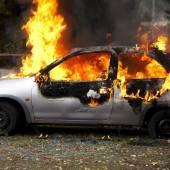 Auto brannte auf Parkplatz komplett aus