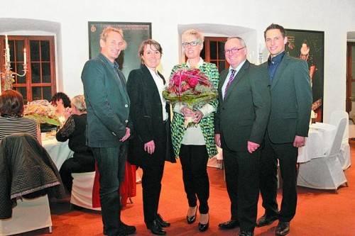 Innungsmeister Manfred Rupert, Vizebürgermeisterin Angelika Moosbrugger, die Gastgeberfamilie Brigitte mit Hans und Sohn Stefan Majer (v. l.).