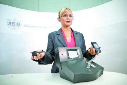 Justizministerin Beatrix Karl mit elektronischer Fußfessel: Ohne Strafvollzug schreibt ihr Ressort dank der Gebühren schwarze Zahlen. Foto: APA