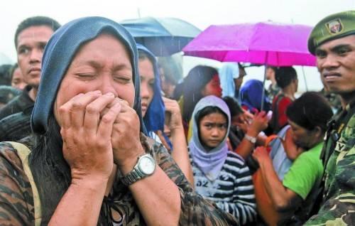 """Am Wochenende hat der Taifun """"Haiyan"""" fast alles zerstört. Gestern kam strömender Regen hinzu, der die Unglücksgebiete in Schlammwüsten verwandelt. Viele Menschen wollen nur noch eins: weg. Foto: Reuters"""