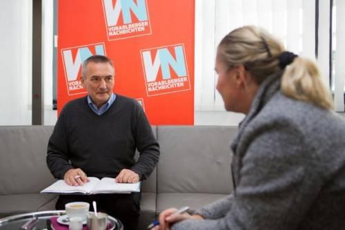 Arge-Milch-Chef Othmar Bereuter zu Gast in der VN-Redaktion und im Gespräch mit CR Verena Daum-Kuzmanovic. Foto: VN/Hartinger